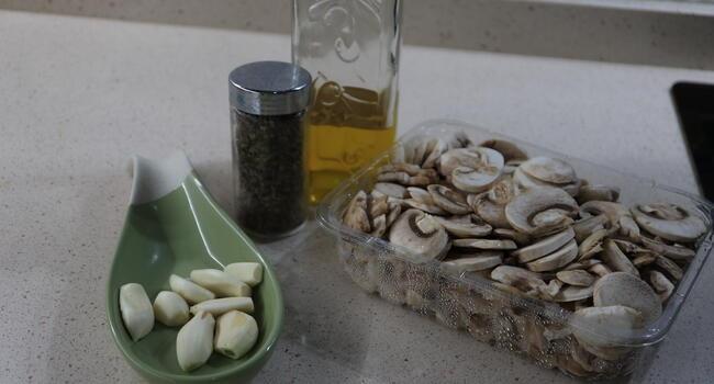 Los ingredientes necesarios para hacer la receta de champiñones al ajillo