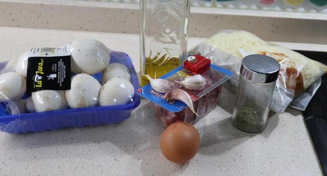 Los ingrediente necesarios para hacer champiñones rellenos de jamón