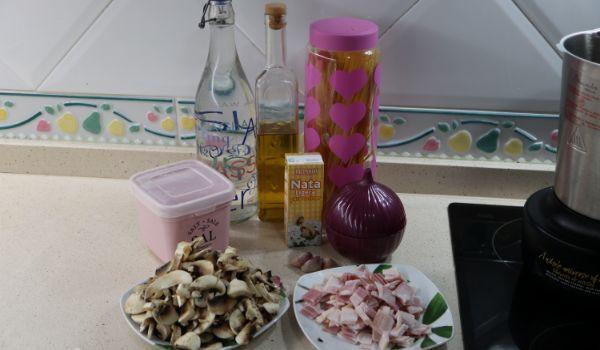 Los ingredientes para hacer espaguetis con bacon y nata