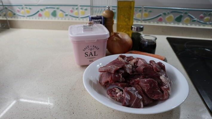 Los ingredientes necesarios para hacer la receta de estofado de carne