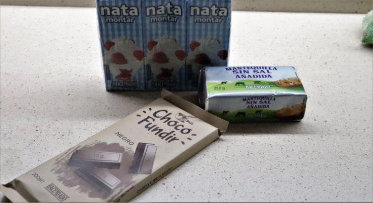 Los ingredientes necesarios para hacer ganache de chocolate negro