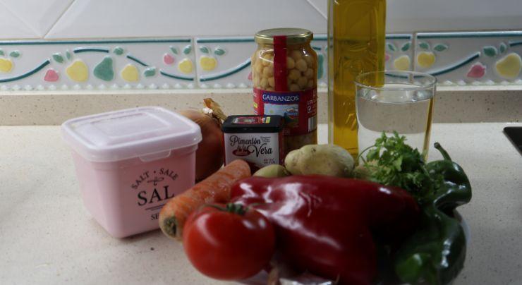 Los ingredientes necesarios para hacer garbanzos y patatas en Mambo