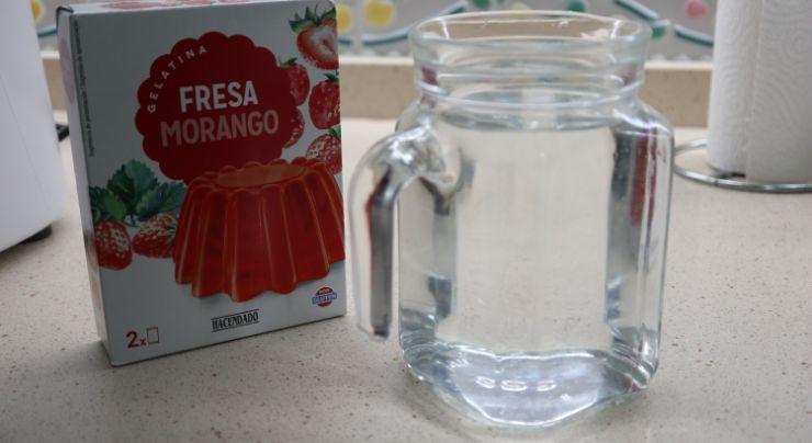 Los ingredientes necesarios para hacer una gelatina de fresa