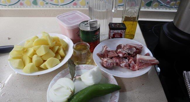 Los ingredientes necesarios para hacer el guiso de costillas en Mambo