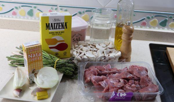 Los ingredientes necesarios para hacer la receta de guiso de pavo con espárragos