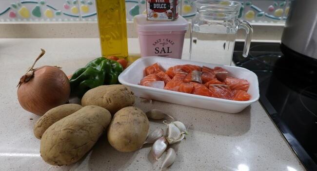 Los ingredientes necesarios para hacer la caldereta de salmón en la Olla GM