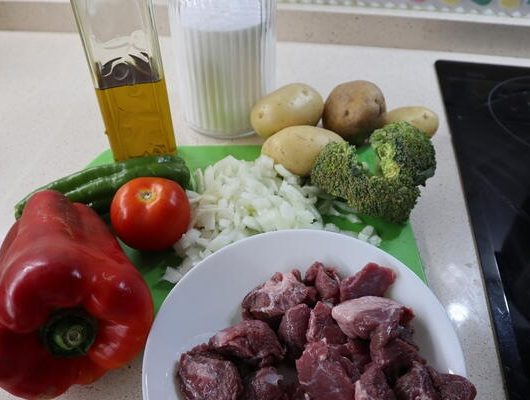 Los ingredientes necesarios para hacer el guiso de patatas con carne y brócoli en la Olla GM