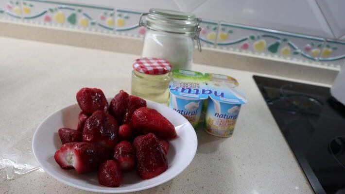 Los ingredientes necesarios para hacer helado de fresa con Thermomix
