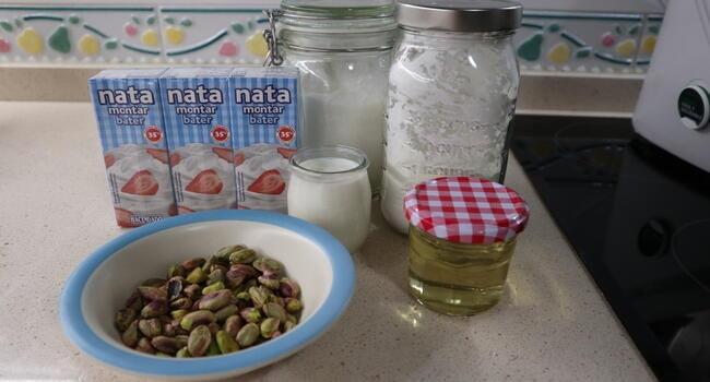 Los ingredientes necesarios para hacer helado artesanal con pistacho en Thermomix