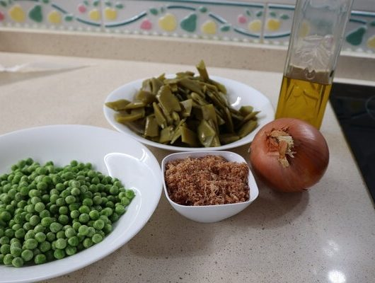Los ingredientes necesarios para hacer las judías verdes con guisantes y jamón