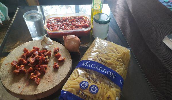 Los ingredientes para hacer macarrones con chorizo y tomate frito casero en Mambo Cecotec