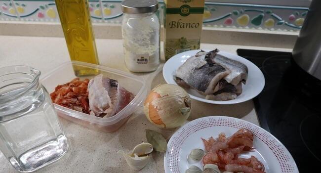 Los ingredientes necesarios para hacer merluza a la marinera con la Olla GM