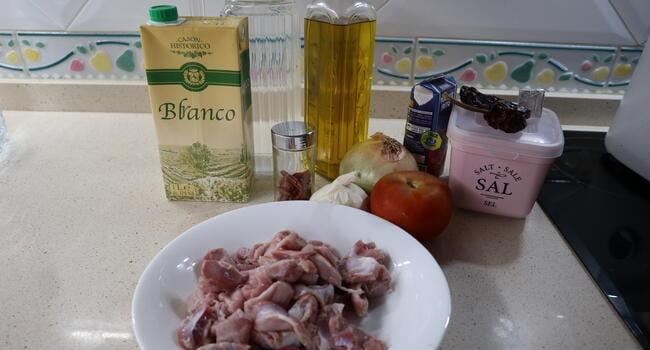 Los ingredientes necesarios para hacer las mollejas en salsa de tomate con Thermomix