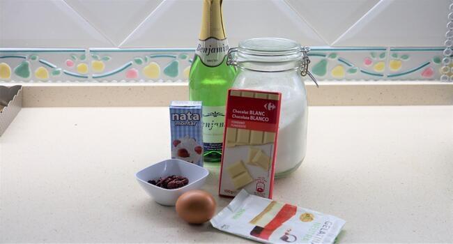 Los ingredientes necesarios para hacer las copas de chocolate blanco y champán en Thermomix
