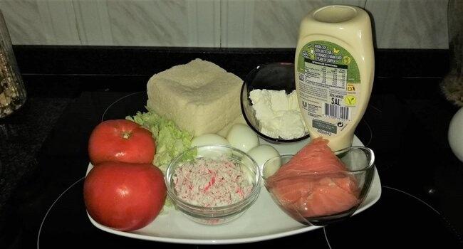 Los ingredientes para hacer el pastel de salmón ahumado con pan de molde casero