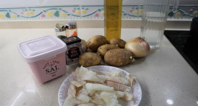 Los ingredientes necesarios para hacer patatas con bacalao en Mambo