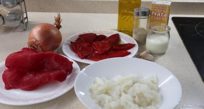 Los ingredientes necesarios para hacer los pimientos del piquillo rellenos con bacalao en Thermomix