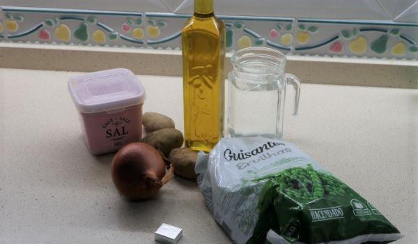 Los ingredientes necesarios para hacer el puré de verduras con guisantes