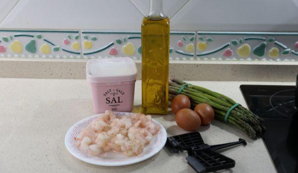 Los ingredientes necesarios para hacer revuelto de espárragos trigueros