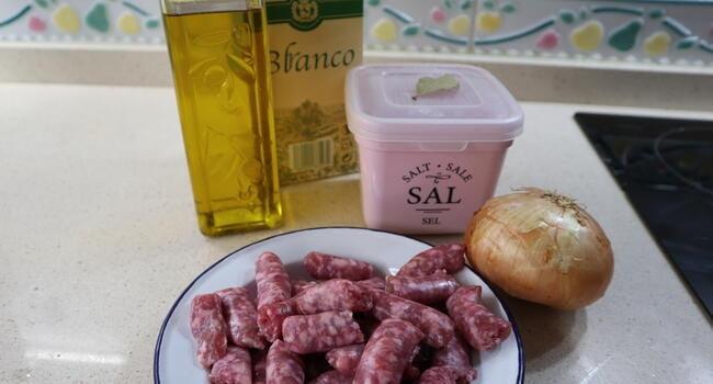 Los ingredientes necesarios para hacer la receta de salchichas con vino