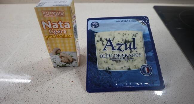 Los ingredientes necesarios para hacer la salsa de queso azul con mambo de Cecotec