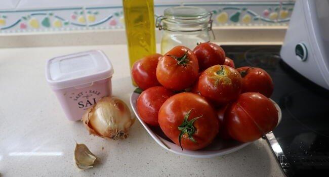 Los ingredientes necesarios para hacer tomate frito casero
