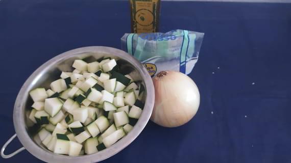 Los ingredientes necesarios para hacer una tortilla de calabacín