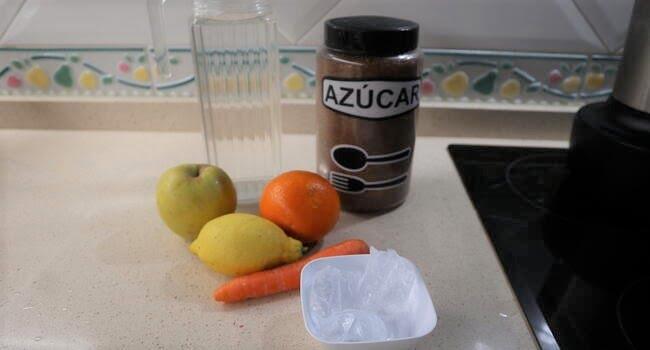 Los ingredientes para hacer zumo de frutas multivitaminas