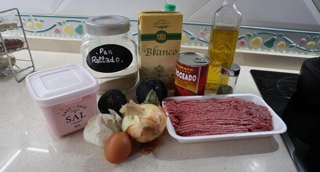 Los ingredientes necesarios para hacer la albóndigas con berenjenas y carne picada con salsa de tomate en mambo
