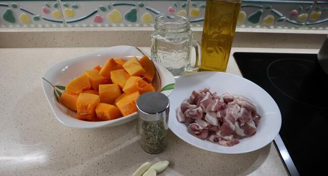 Los ingredientes para hacer calabaza con beicon con la Olla Gm
