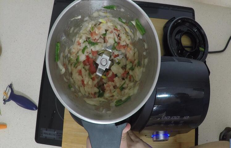 Echamos las verduras en el vaso y vamos a trocear todas para el sofríto