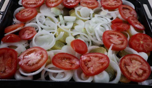 Ponemos ahora encima la cebolla y los tomates y lo llevamos al horno