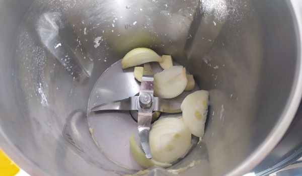 Ponemos los ajos en el vaso y picamos