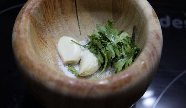 Echar el ajo, el perejil y la sal y hacemos el machado