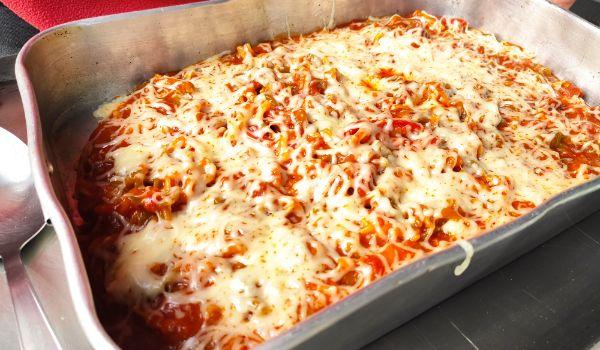 Ponemos los macarrones ha hornear con el tomate frito y el queso