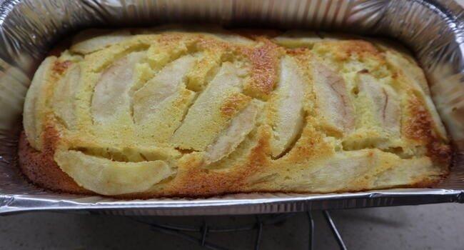 Meter en el horno para hornear el pastel de pera
