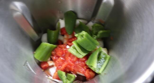 Picar las verduras para el guiso