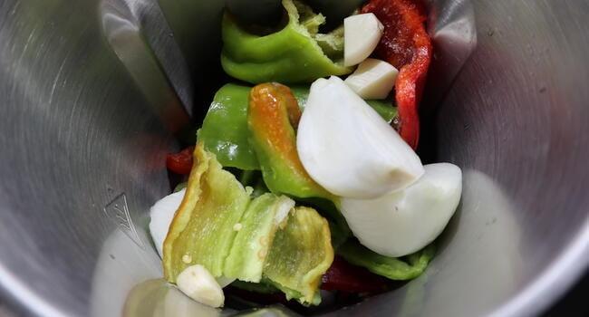 Ponemos las verduras en el vaso y vamos a picarlas