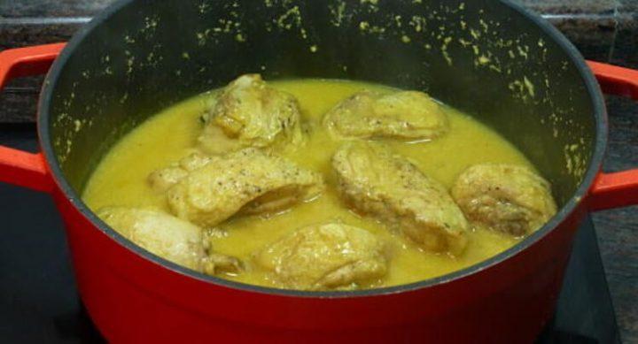 Cocer el pollo con todos los ingredientes en una sartén