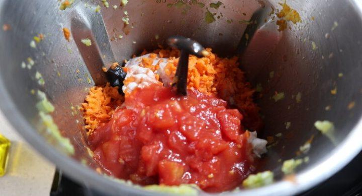 Hacer la salsa de para el pollo con el tomate