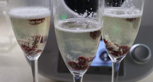Echamos el champán en las copas