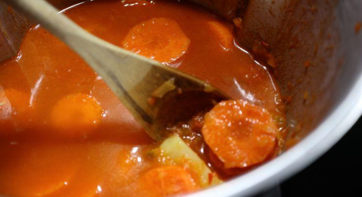 Echamos las patatas y las zanahorias y cocinamos