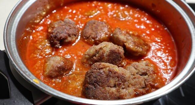 Rehogar las albóndigas junto a la salsa de tomate en una cazuela
