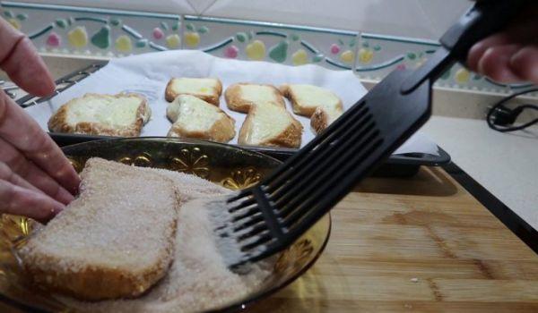 Pasamos las torrijas por el azúcar y la canela