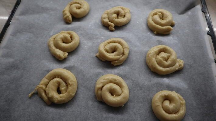 Hacer la forma de las ensaimadas y ponerlas en la bandeja del horno