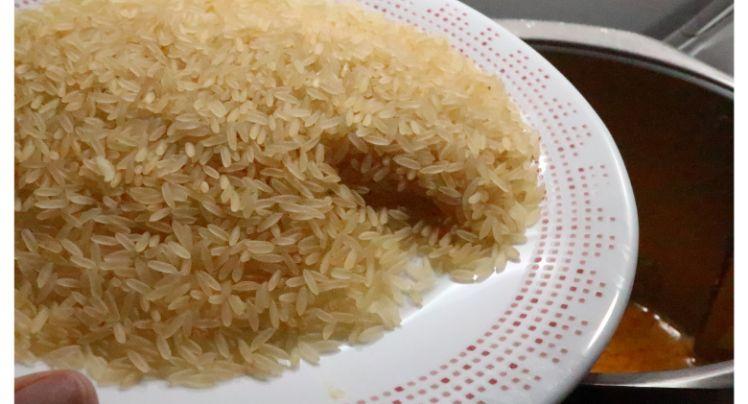 Echamos el arroz y lo cocemos en el vaso