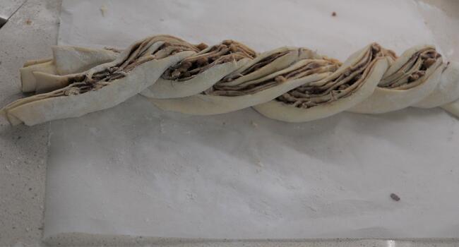 Enrollamos la masa y le hacemos la forma de la rosca