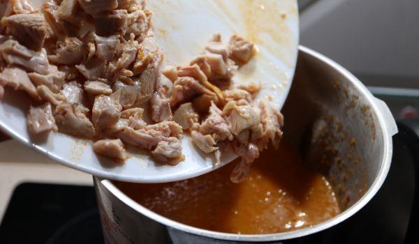 Desmenuzamos los muslos de pollo y los echamos con el arroz para cocer