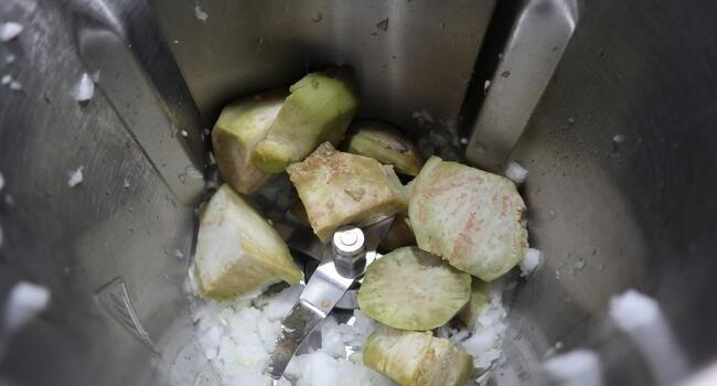Troceamos las berenjenas junto a los ajos y la cebolla