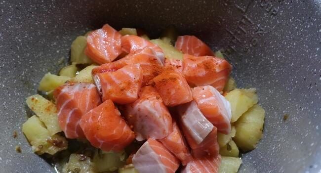 Cocemos el salmón junto a las patatas en la cubeta